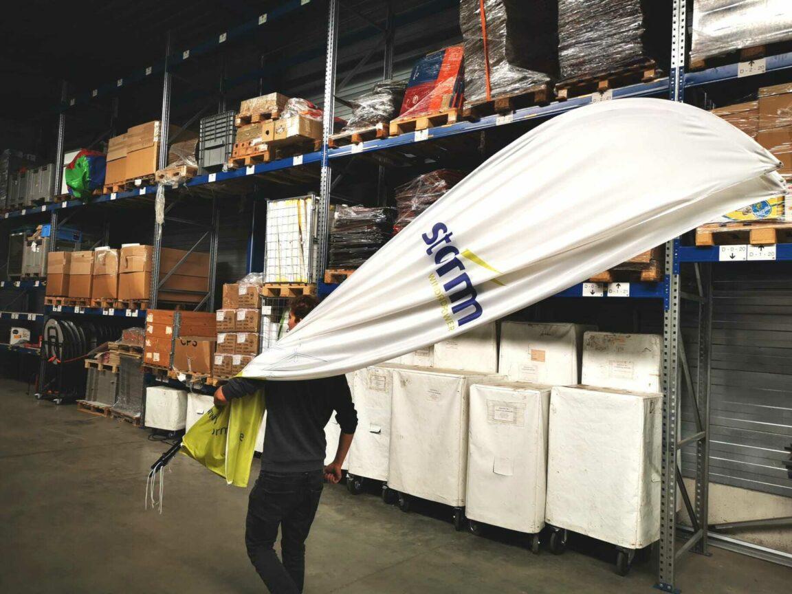 Storm vlag in magazijn